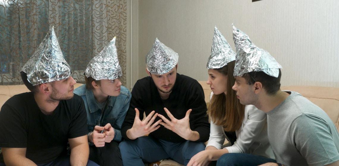Verschwörungstheoretiker mit Aluhüten