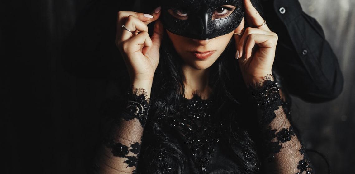 Sexy Frau mit schwarzer Maske
