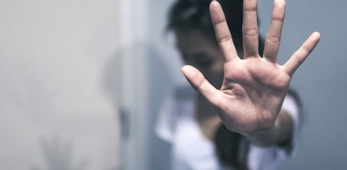 Person hält Hand hoch um Stop zu sagen
