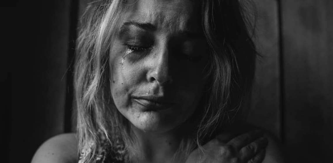 Schwarz Weiß Porträt einer weinenden Frau