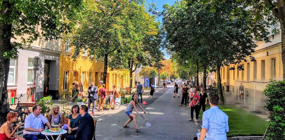 Coole Straße in Wien mit vielen Bäumen