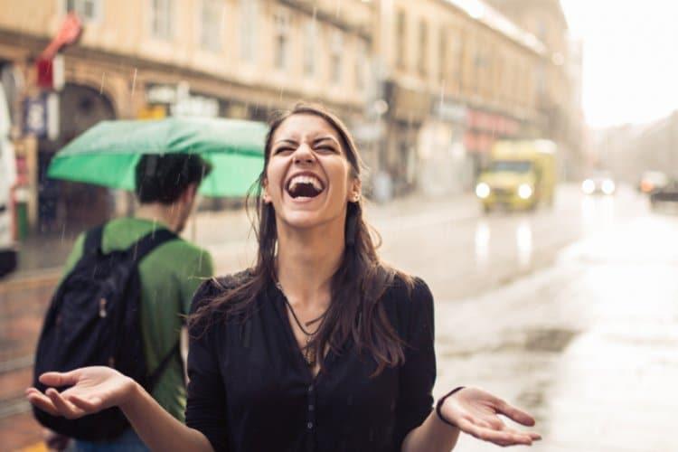 Frau lacht im Regen in Graz