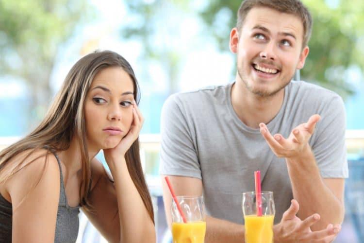 Genervt schauende junge Frau bei erstem Date