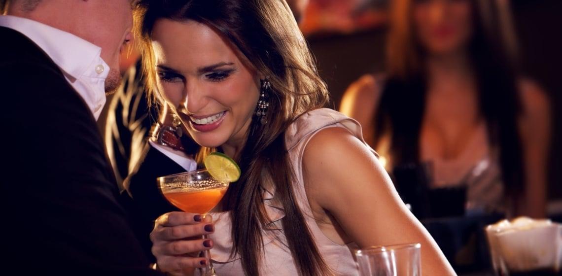 Frau mit orangenem Cocktail