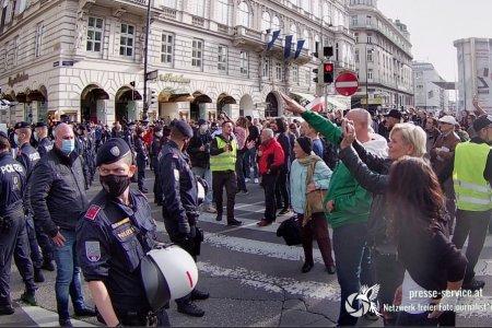 Hitlergruß auf Anti-Corona-Demo: Polizei sieht weg