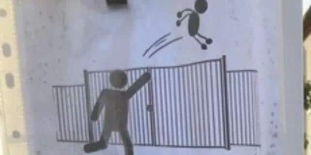 Kinder über Schulzäune werfen