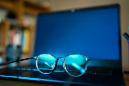Schwerstarbeit für das Auge: Helfen Blaulichtfilterbrille und Bildschirmpausen?