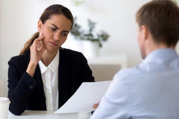 9 No-Gos beim Bewerbungsgespräch: Das sabotiert deinen Erfolg